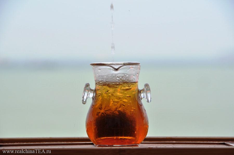 Вы насыпаете небольшое количество чая во внутренний цилиндр колбы и заливаете его водой.