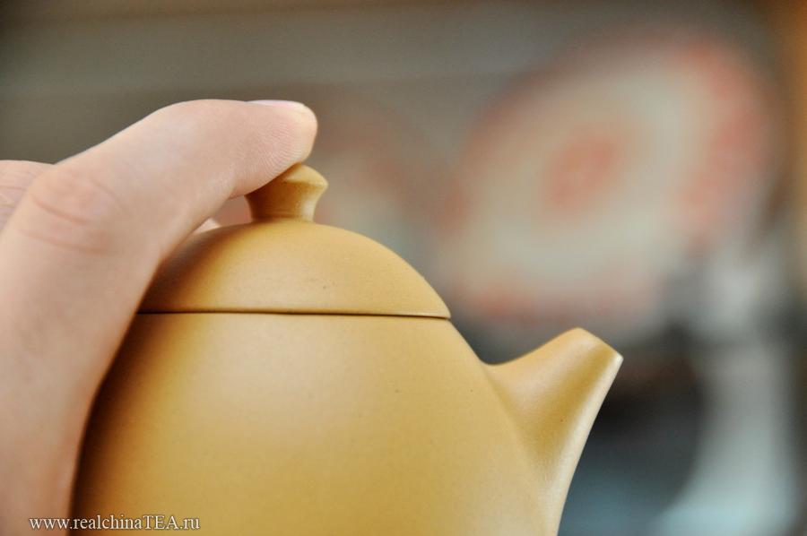 Крышка точно и плотно садится в горлышко чайника.