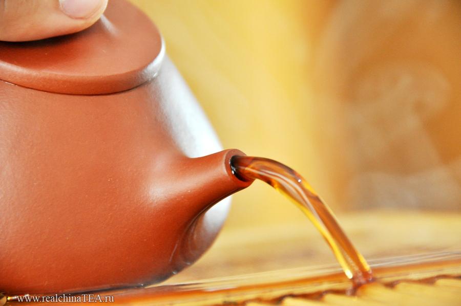 Этот чайник выдает упругую и плотную струю при любом количестве воды внутри. Из него так и хочется лить, лить и лить.