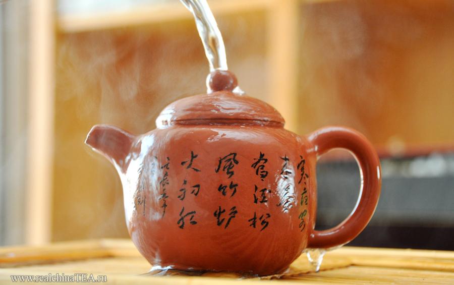 Безусловно, за чайниками такого уровня нужно следить. За ними нужно ухаживать. Их нужно воспитывать. Регулярно поливать остывшим чаем и горячей водой. Через несколько лет использования этот чайник изменит свой цвет и фактуру. Он станет темнее и чуть более гладкий.