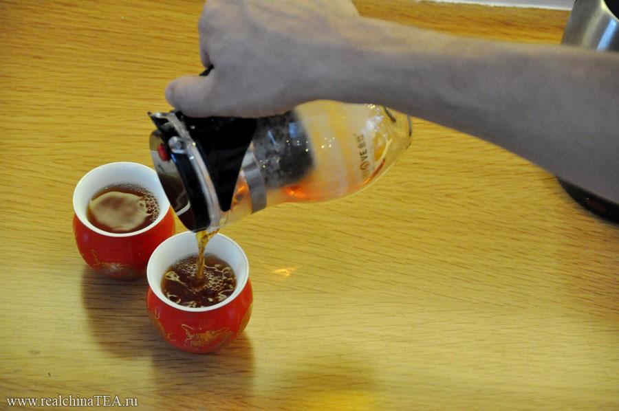Разливаем чай по чашкам