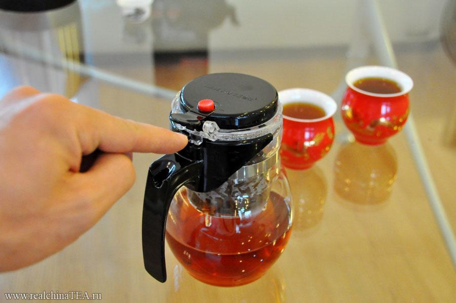 Заварочный стакан надежно удерживается внутри с помощью специальной защелки