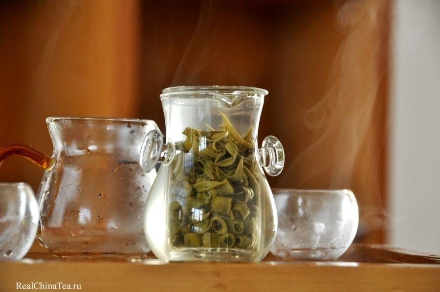 Во время заварки раскрывается каждое колечко этого чая. Это красивое, успокаивающее зрелище. Вот почему я заварил чай в стекле.