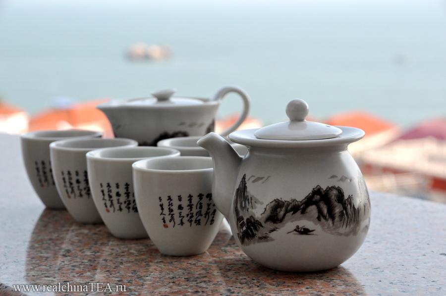 Неклассический чайный сервиз из серого фарфора.