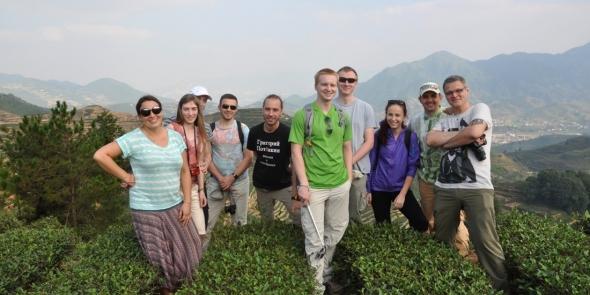 Наша группа на плантациях легендарного чая Тегуаньинь.
