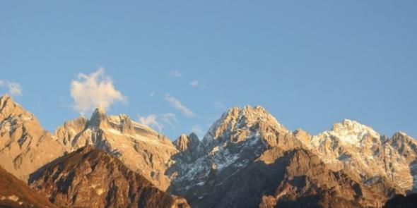 Этот снимок сделан с крыльца нашего гестхауса в горах, когда мы добрались сюда на закате. Остановитесь на пару минут и рассмотрите внимательно.